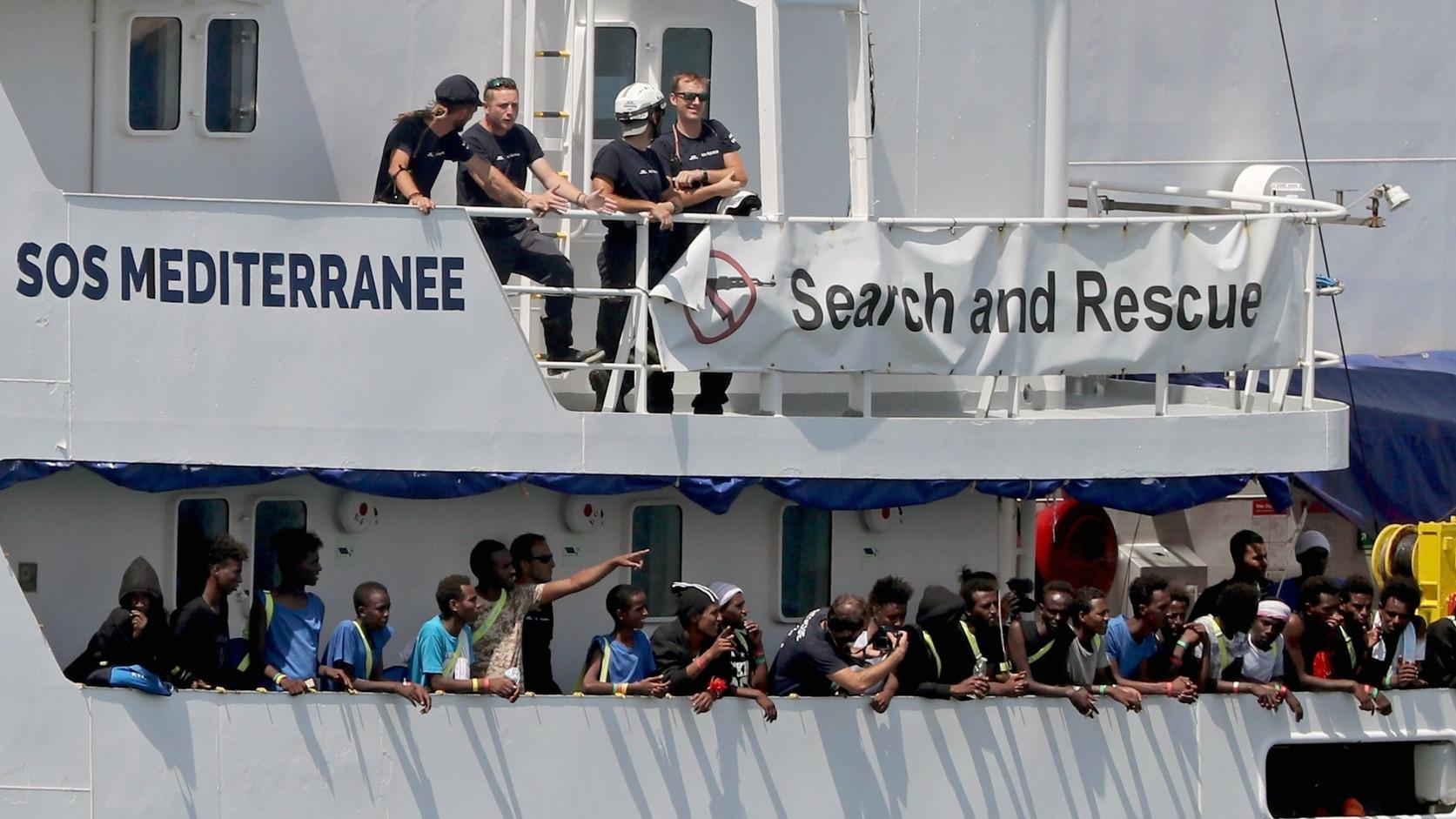 Valletta, 2018. augusztus 15. Az SOS Méditerranée és az Orvosok Határok Nélkül (MSF) civil segélyszervezetek által fenntartott Aquarius mentőhajó 141 afrikai bevándorlóval érkezik a máltai főváros, Valletta kikötőjébe 2018. augusztus 15-én. A máltai kormány azt követően engedélyezte a hajó kikötését, hogy megállapodás született, miszerint Franciaország, Németország, Spanyolország, Portugália és Luxemburg befogadja az Aquarius utasait. A mentőhajó a többségében szomáliai és eritreai migránsokat a Földközi-tengeren vette a fedélzetére öt nappal korábban. (MTI/EPA/Domenic Aquilina)