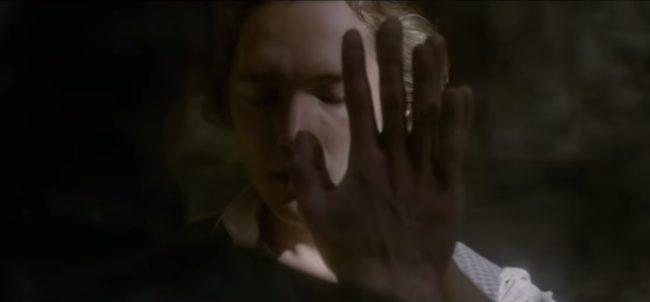 A film egyik jelenetében láthatjuk a két fél közötti intim kötődést.
