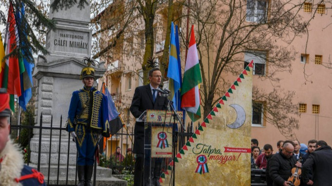 Marosvásárhely, 2019. március 13. A Külgazdasági és Külügyminisztérium (KKM) által közreadott képen Szijjártó Péter külgazdasági és külügyminiszter beszédet mond a magyar nemzeti ünnep alkalmából rendezett ünnepségen Marosvásárhelyen, a Székely vértanúk emlékművénél 2019. március 14-én. MTI/KKM/Mitko Sztojcsev